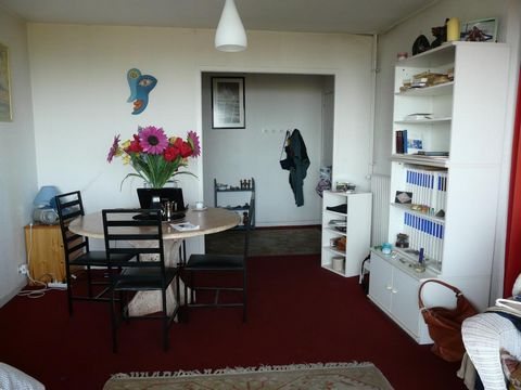 Apartment Stage 3rd, View Sea, position south west, General condition Good, Kitchen Separate, Heating Collective, Hot water Collective, Rental Unfurnished, Duration 36 [mois], Available from 16/08/2013 Bedrooms 2, Bath 1, Toilet 1, Terrace 1, Garage ...