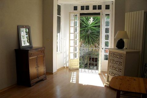 Apartment Stage 1st, View Urban, position south east, General condition Good, Kitchen Separate fitted, Heating Separate gas, Hot water Separate, Rental Furnished, Duration 12 [mois] Bedrooms 2, Bath 1, Toilet 1 Building Costs rent 900€, Bond / Deposi...