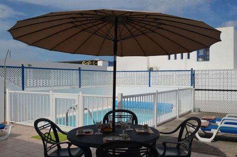 La villa en Playa Blanca posee 2 dormitorio(s) y capacidad para 4 personas. Alojamiento de 100 m² acogedor y totalmente equipado, con vistas a la piscina. Se encuentra a 200 m de la playa de arena