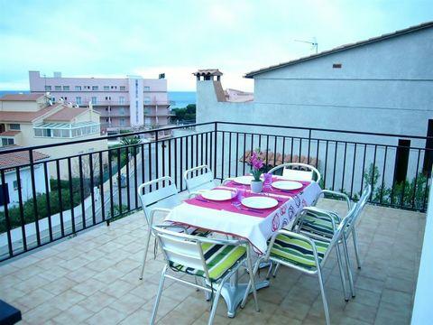 Este bonito apartamento con vistas al mar se encuentra en el pequeño pueblo costero de Llançà, situado en la Costa Brava norte. El alojamiento se ubica en una zona residencial en un complejo residencial, a 100 m de la playa de arena, 200 m del centro...