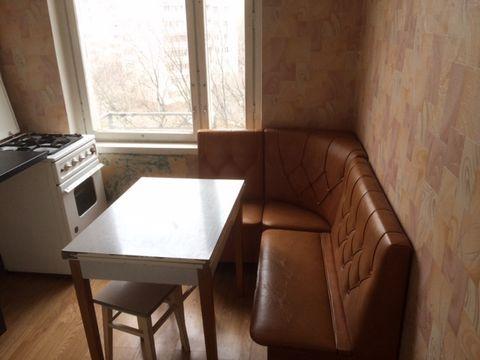 Сдается 2-комнатная квартира м Выхино 10 мин пеш, Рязанский пр-т 7/9этажного, окна в двор, изолированные комнаты 20-10, кухня 7м, минимум мебели: кухонный гарнитур с уголком, один диван, большой шкаф-купе, холодильник, славян. Комиссия по факту засел...