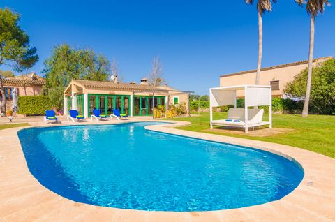 Welcome to this spectacular villa located among the fields of Felanitx, with two buildings and a beautiful garden and a great chlorine pool. This is the dream of large families or groups of friends since it can easily accommodate from 16 to 20 people...