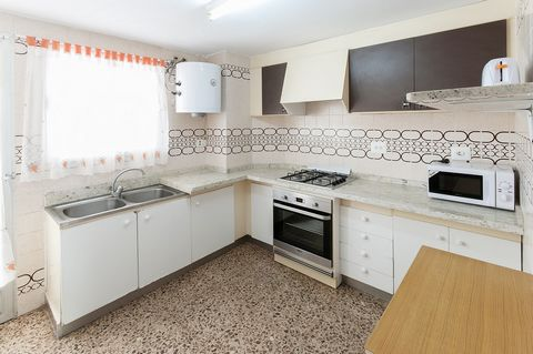 Welcome to this cozy, comfortable apartment in Playa de Gandía. It is prepared for 6 persons + 2 extra. It counts with a communitary chlorine pool of 10m x 4m (max. depth 1,80m). Enjoy relaxing evenings on the terrace, with family and friends.This 95...