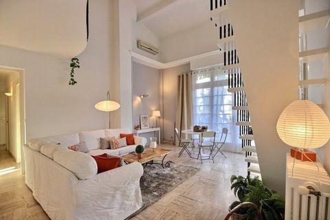 Sur le secteur Montfleury, Au 1er étage d'une villa bourgeoise de 1965, Appartement/Duplex 100 m², au calme, bon état, composé d'une entrée, une cuisi