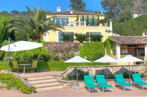 Magnificent villa in two levels, with large open spaces. Renovated with high quality materials. A living room of about 90 m² with fireplace and beautiful south facing terrace with panoramic views of the Provençal landscape, large modern kitchen of ab...