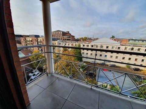 EXCLUSIVITE: VIEUX-LILLE: Appartement de type 3 de 66m², fonctionnel, sans vis à vis, situé au dernier étage avec ascenseur d'une copropriété récente et sécurisée à proximité de la rue de Jemmapes. Il se compose d'une cuisine avec cellier ouverte sur...