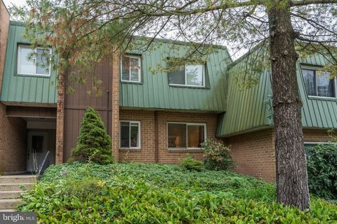 Welcome to 1005 Meadowview Lane! An extremely well maintained 2 bedroom, 1.5 bath condo. The sellers have completed everything for the new owner. New front door, sliding patio door and new windows and wood laminate flooring throughout! The bright kit...