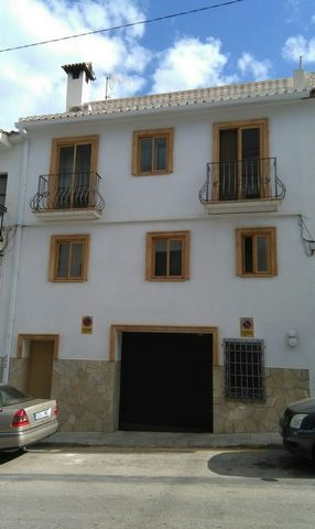 Independent house without community fees in the center of the town Altea, built new complete in 2001 with very high quality materials and finishes with many extras close to all services less than 5 minutes walk to the beach. The house has a 55m2 gara...