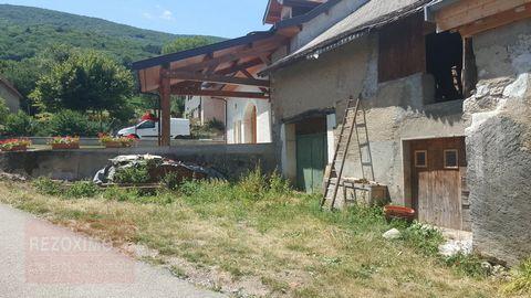 Rare sur le secteur Située au calme de Savigny, au pied du Vuache, nous vous proposons de découvrir cette grange à rénover intégralement (du sol au p