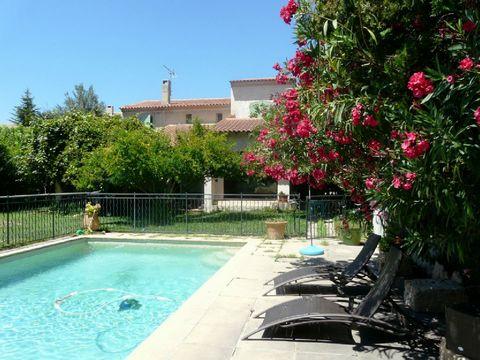 Location vacances villa piscine Aix en Provence. Jolie maison de ville à seulement 1 km du centre d'Aix. l'intérieur de cette habitation est confortable avec tous les équipements nécessaires. Bel espace jardin avec terrasse abritée et piscine protégé...