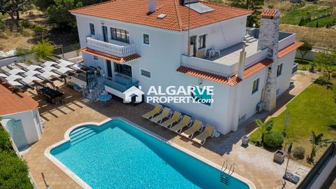 Located in Almancil. Fabulous 5+2 bedroom detached villa in a very quiet area near Almancil and only 5 minutes from Vilamoura and 20 minutes from the Faro airport. Fenced 1.220 sq.m. plot with 605 sq.m. of built area. Entrance through electric gates ...
