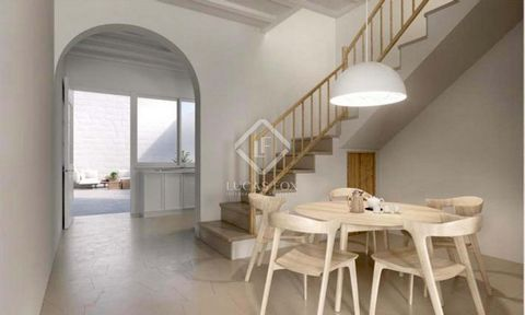 House of 110 m² distributed over 2 floors and with 30 m² of patio. On the ground floor we find the entrance-living room, a toilet, dining room and equipped kitchen with access to the patio. Through a beautiful staircase, we reach the first floor, whe...