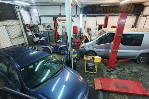 AWESOME MECHANICAL WORKSHOP IN SOPELANA. 260 m2 on three floors. Running at full capacity and with heavy workload, DEMONSTRABLE. To start billing from day one. - Unbeatable location. Next to a busy road and next to the next new ITV of Sopelana (sched...