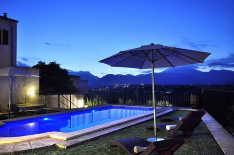 Spectacular town house in Búger with private pool and stunning views to the mountains. It offers accommodation for 12 people. With a special charm, this impressive house offers all you need in order to enjoy the best holiday, nothing to be missed. Be...