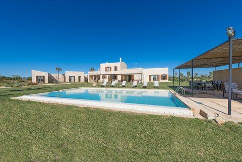 Bienvenidos a esta impresionante villa con piscina privada, situada a las afueras de Campos. Ofrece alojamiento a 6 huéspedes. Esta fabulosa casa de campo cuenta con unos exteriores fascinantes gracias al gran terreno de verde hierba que la conforma ...