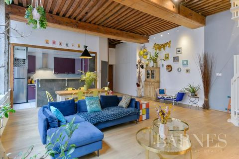 EXCLUSIVE - Croix-Rousse - Gros Caillou - Located in a typical building of the district without elevator, this duplex on the 3rd floor of 121.78 sqm and 136.91 sqm developed, consists of a large living room of 61.63 sqm with kitchen integrated overlo...