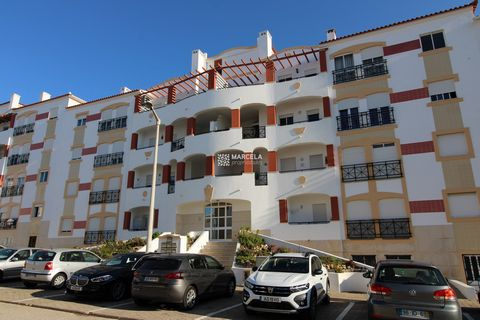Located in Lagos. Apartment with all divisions with good areas. Located on the 1st floor, without elevator, in a well-established residential area, close to all amenities and 15 minutes walk from the historic center and 20 minutes from Porto de Mós B...