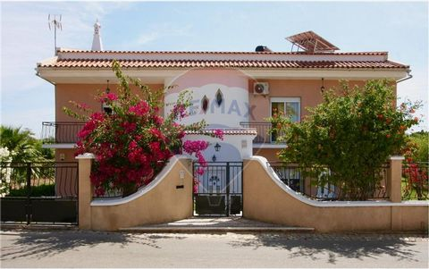 Description Excellent detached villa T3 +3 on a plot of 1570m² is sold together with 3 more lots, two rustic and one urban in total of 3230m², located in a quiet and privileged area, in Passis Almargem near the main avenue. 5 min from the beach, with...