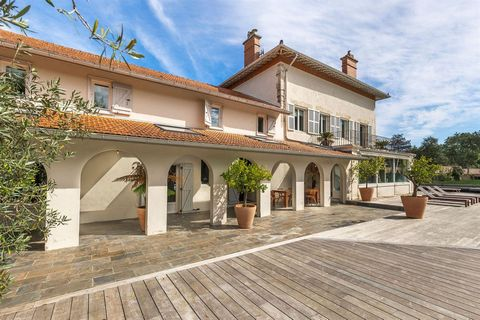 ARCANGUES - NEAR BIARRITZ Luxurious property located in Arcangues, close to Biarritz centre and beaches, in a 8000 m2 park not overlooked. Built in 1870; this charming house encompasses 500 m2 and has been entirely renovated in 2018. Whether you're i...