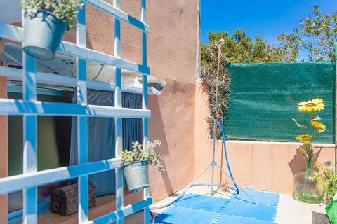 Set in the quiet town of Búger, in the center-north of Mallorca, this town house with private pool offers a second home to 6 people. Take a refreshing exterior shower or a nap in the private, 4m x 4m chlorine pool with a depth of 1.2m. Both the terra...