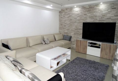 Bel appartement de 90m2 avec une vue dégagée sans vis-à-vis offrant: Entrée, séjour, salle à manger, cuisine neuve entièrement equipée, une salle de b