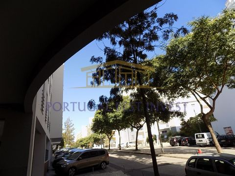 Store with a gross area of 112 m2 and with window to the street, destined for commerce and located in a residential area in Portimão called marina slope, about 600 m from the beach of the rock 800 m from the marina of Portimão, and 500 m from the sec...