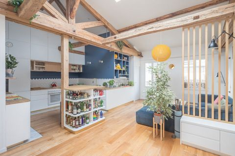 A former furrier's workshop, this 79 m2 apartment is located on the third and top floor of a building from 1830 and benefits from a 19 m2 mezzanine area. Quiet and traversing on two interior courtyards, it is exposed east/west with a skylight which g...
