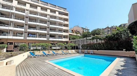The residence can be found in the historical part of Suquet, 100 meters from the beach on the south, 50 meters from the shops and 1 km from the Palais des Festivals. The completely renovated apartments, you will find them with a studio for two people...