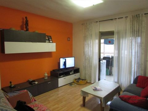 Building in good conservation with a lift. The flat is located on the fourth floor. Has a surface of 75 MQ. Very good distribution, is composed of 3 bedrooms (2 doubles and 1 single), kitchen, living room with a terrace, one bathroom and reception ro...