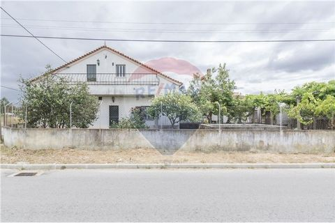 Description In housing licensing process. Good areas, a lot of potential to modernize. Good distribution. Excellent structure. Roof with concrete beam. Double glazing already installed. Beautiful Varandim, framed by a Portuguese eaves. Annex with smo...