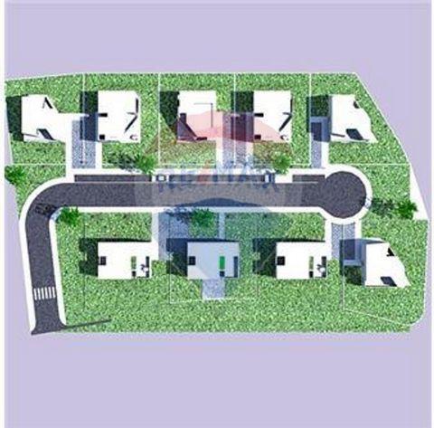 Descrição Excelente lote de terreno com 1,64 ha, com viabilidade para construção de 9 moradias isoladas. Lote de terreno perto da estrada Nacional que liga Algoz a Messines, perto do parque CrazyWorld. Aqui poderá construir uma urbanização com moradi...