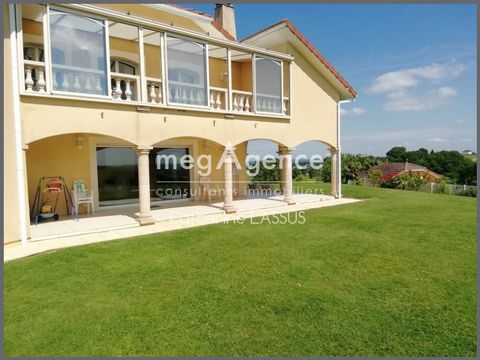 Architect's villa, safe and quiet refuge without any opposite facing the Pyrenees chain in the heart of a park of 5300 m2 here is this beautiful bungalow. From the entrance this beautiful space of 85 m2 open on this green nature bathes in light. Open...