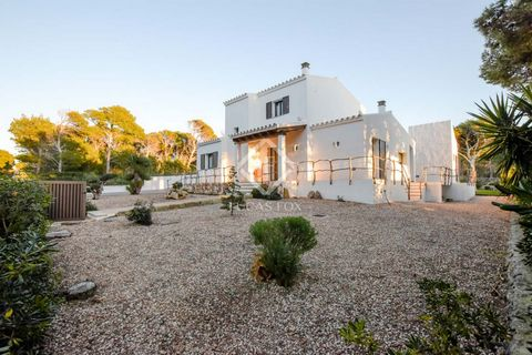 Villa of 418 m² located in a unique setting in the Cala Morell neighbourhood, a peaceful, rural area very close to Ciutadella de Menorca. It is located on a plot of 1,341 m² with a nice garden and a very original pool with an outdoor shower and a toi...