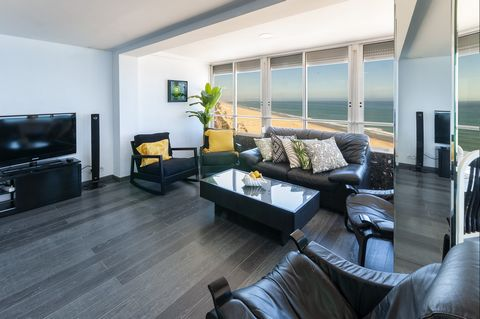 This fantastic apartment on the seafront and with spectacular views to the beach in Playa de Gandía offers accommodation for 7 - 9 guests. With three floors, this beautiful apartment surprises with its impressive views to the beach and the possibilit...