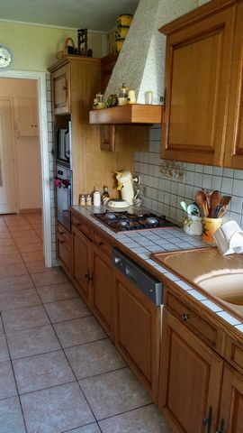 VALENCE, appartement type 4 au 3eme et dernier étage d'une petite copropriété, d'environ 87 m2, composé d'une cuisine équipée, grand salon, salle à ma