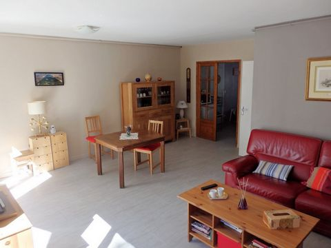 Sur un joli terrain paysagé, ravissante maison de 110 m², bien exposée, comprenant au RDC: belle entrée, grande cuisine aménagée/équipée de 16 m², séj