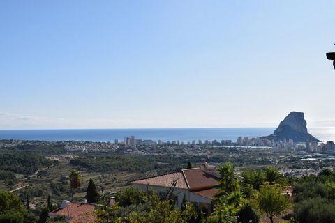 Villa para renovar en extensa parcela en Calpe, con fantásticas vistas al mar, a 4 km de la playa. Esta parcela de 4.785 m2 cuenta con una vista fantástica al mar, al Peñón de Ifach y a la costa Mediterránea. Está situada en una urbanización tranquil...