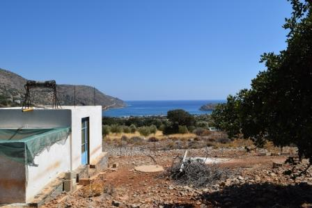 Plaka Plot of land of 6,600m2 in Plaka. It can build up to 240m2 and has a small house and a drilling of 10m2. There is also a water tank of 9m2. The plot touches / leans on a rural road before 23. Lastly, the water and electricity are nearby and it ...