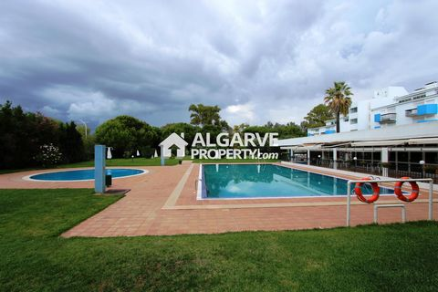 Located in Vilamoura. Lovely 1 bedroom apart fully renovated between the Pinhal and the Old Course, located on a quiet area close to all amenities(restaurants, bars, supermarket, golf,...). Closed resort with large green areas, reception, supermarket...