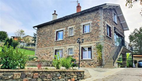 On the heights of Decazeville, 2 minutes from the city center, Selection Habitat offers you this charming independent house from the 1970s of 140 m2 on three levels. You will be seduced by this beautiful stone house very well maintained, fully fenced...