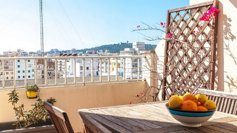 Bright penthouse with great views in Santa Catalina Airy apartment with sea view and garage space in Palma This is an airy and bright apartment located on the sixth floor in a building with elevator, in the sought after area of Santa Catalina, close ...