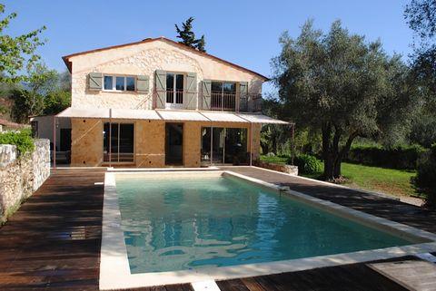 au milieu d'une oliveraie, propriétée en excellent état, lumineuse, calme, spacieuse, double salon cheminée, 4 chambres dont une de plain pied, agréable piscine entourée d'oliviers et arbres fruitiers, belles terrasses idéal pour recevoir, 2iememais...