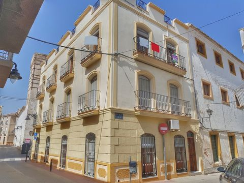 This is a charming, town-centre, top-floor apartment with private balcony situated within a block of just a handful of apartments with a communal roof solarium space, situated in the very heart of the town of Cuevas del Almanzora. This property is th...