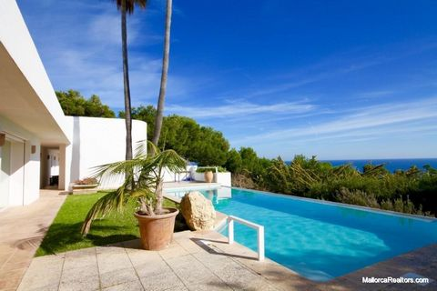 Beautiful Mediterranean style villa with splendid sea view. The house is very bright, with patio for relaxation areas, this house offers on the main floor: a double bedroom with private bathroom, a large living room with fireplace and sea view, the m...