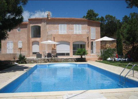 Belle villa de 210 m2, 6 pièces, avec piscine, construite en 1993, avec vues sur montagnes et mer à 300 m des plages. - 4 Chambres - Salle à manger -