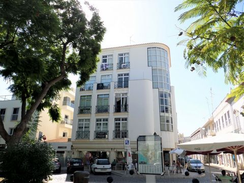 Located in Faro. An office with an exceptional location for all types of services, in the center of Faro close to the shopping area and marina. Comprising two spaces and a bathroom and with good sun exposure, it has public parking in the surroundings...