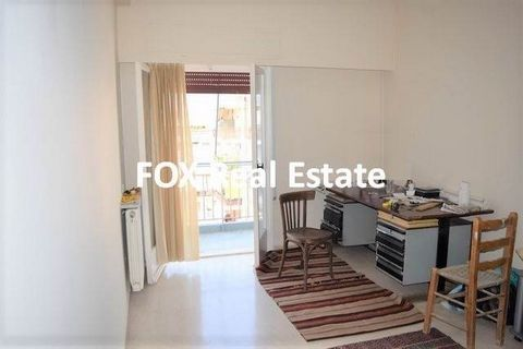 KALLITHEA, a 52sqm apartment on the 5th floor of a building year built 1983, just 700m (9 min walk) away from urban railway station Kallithea and 120m away from Thiseos Ave. and the market. It features living / dining room with marble floor and exit ...