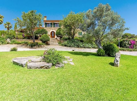 Beautiful rustic finca with panoramic views over the mountains and sea in the distance. Located at 1.9 km. from Alquería Blanca (Santanyi) on the road that connects the town with C'as Concos, Cala D'Or and Porto Petro. The finca is surrounded by beau...