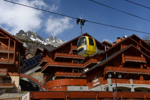 The Prestige Residence La Cascade de Vaujany - les Epinettes is located at the bottom of the authentic village of Vaujany, close to the shops and cable car. Facing the Grandes Rousses Massif, near the Alpe d'Huez, the residence offers comfortable, sp...