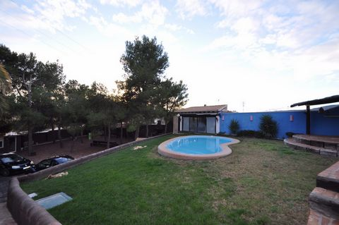 A fantastic villa which is well laid out and beautifully finished on the edge of town within walking distance to shops and bars/restaurants. The lovely property has 3 bedrooms and 2 bathrooms, an open plan lounge with an open fireplace diner and kitc...